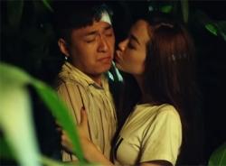 Minh Hằng cưỡng hôn Ngô Kiến Huy trong đêm tối