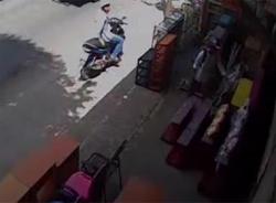 Clip hai thanh niên ăn trộm tượng 'Phúc-Lộc-Thọ' ngay trong tháng cô hồn
