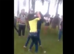 Clip nữ sinh Quảng Ngãi đánh nhau, người dân thích thú đứng quay