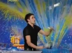 Video kỹ năng tung hứng siêu đẳng của chàng trai pha chế