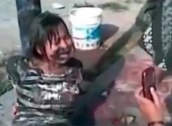 Clip nữ sinh bị bạn tra tấn, nhét bùn vào miệng