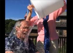 Video: Cựu tổng thống Bush chấp nhận thử thách dội nước đá lên đầu