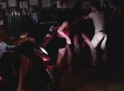 Clip nhóm thanh niên đánh đập dã man 2 cô gái