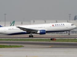 Máy bay hạ cánh khẩn cấp để sản phụ sinh con