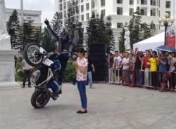 Video màn trình diễn mô-tô mạo hiểm đỉnh cao tại Hà Nội