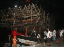 Tàu cá Quảng Nam và 32 ngư dân được đưa vào cảng Nha Trang an toàn