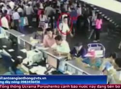 Video tận mắt xem 'đạo chích' hành nghề tại sân bay Nội Bài