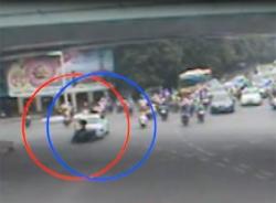 Clip kinh hoàng khi xe máy 'đấu đầu' với ô tô
