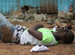 Thảm cảnh bệnh nhân Ebola nằm chờ chết trước cửa bệnh viện