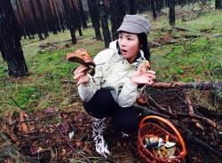Hoa hậu Ngọc Hân thích thú với trải nghiệm hái nấm trong rừng