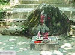 Hòn đá 'trấn yểm' cửa chùa làm mất sóng điện thoại