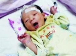 Bé sơ sinh bị bỏ rơi sống sót qua cơn bão Kalmaegi