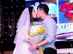 Công Vinh – Thủy Tiên bị fans 'ép' làm đám cưới trên sân khấu