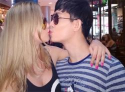 Nathan Lee tình tứ hôn bạn gái Tây ở chốn đông người