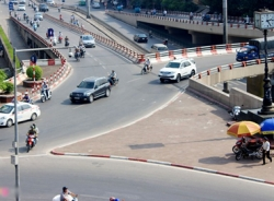 Cảnh sát làm ngơ cho bảo vệ cầu chặn xe vi phạm