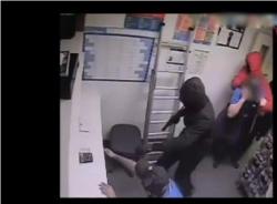 Cướp 'ghé thăm' nhà hàng Pizza Takeaway như phim hành động