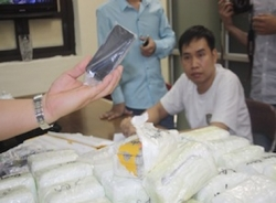 Phân biệt tội buôn lậu và vận chuyển trái phép qua biên giới nhân vụ 'xách tay' iPhone