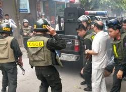 141 vây bắt kẻ trốn nã trong chung cư ở Hà Nội