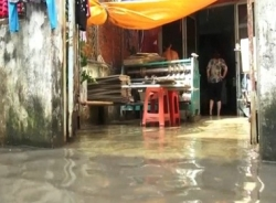 Khu dân ven Sài Gòn sống chung với nước ngập sau 1 tuần nắng nóng