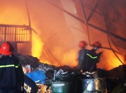 Hơn 100 cảnh sát cứu hỏa và 3h dập lửa trong nhà kho ở TP.HCM