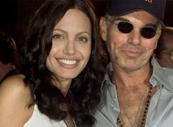 Bí mật về 'chiếc lọ chứa máu' đeo trên cổ Angelina Jolie và chồng cũ