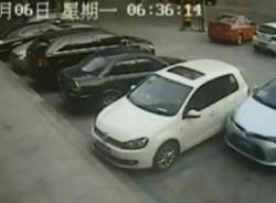 Nam tài xế kém cỏi mất 10 phút mới lùi được xe ra ngoài