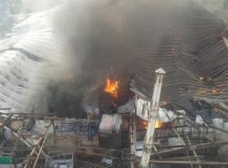 Đang cháy lớn ở xưởng gỗ, cột khói bốc cao nghi ngút ở Hà Nội
