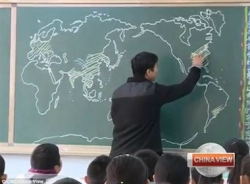 Thầy giáo vẽ bản đồ thế giới trong 4 phút