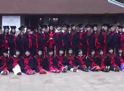 Hà Nội: Tân cử nhân cố gắng chen chân chụp ảnh kỷ yếu gây quá tải