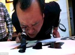 Nghệ nhân Trung Quốc trổ tài viết thư pháp bằng... hốc mắt