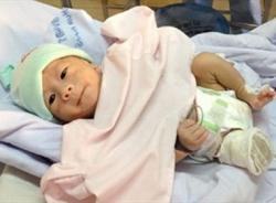 Video: Em bé bị văng khỏi bụng mẹ xuất viện