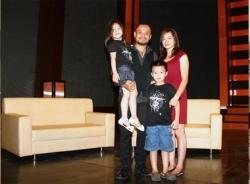Những quý ông showbiz Việt hiếm khi khoe vợ