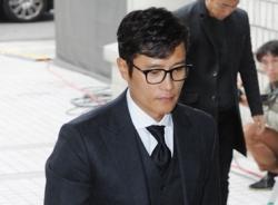Lee Byung Hun phờ phạc đến tòa sau scandal ngoại tình