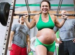 Bà bầu 8 tháng vẫn vô tư… nâng mức tạ 100kg
