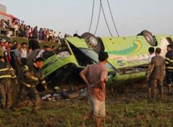 Lật xe khách, 1 người chết, 19 người bị thương