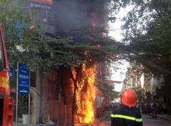 Cột điện bốc cháy sáng rực sát nhà dân, người đi đường hoảng loạn