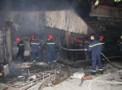 Clip hiện trường vụ cháy chợ Cầu Diễn trong đêm