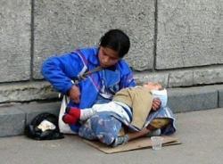 Tận mắt chứng kiến cảnh phụ nữ bế trẻ nhỏ xin tiền chích ma túy