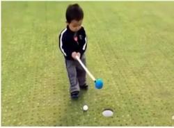 Golf thủ 'nhí' ăn vạ siêu hài hước
