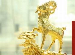 Quà Tết: Dê phong thủy mạ vàng giá 500 triệu
