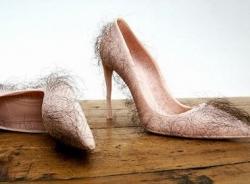 Rợn tóc gáy với giày cao gót đính lông người thật
