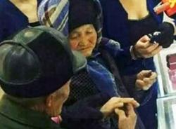 Cụ ông 80 tuổi dẫn vợ đi mua nhẫn kim cương gây sốt