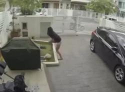 Xông vào nhà giật túi, tên cướp bị cô gái đánh tơi tả