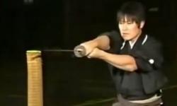 Video: Kỳ diệu người đàn ông có thể chém đôi viên đạn đang bay