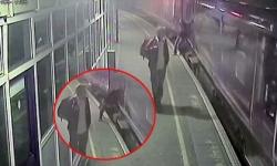 Người đàn ông thoát chết trong gang tấc khi ngã vào gầm tàu điện