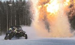 Đua xe trên mặt hồ đóng băng, kết hợp ném lựu đạn