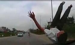 Bất ngờ người đàn ông nhảy bổ vào đầu ôtô đang chạy