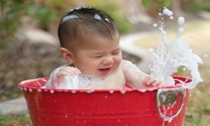 Bộ ảnh những khoảnh khắc ngộ nghĩnh khi bé tắm