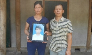 7 năm chưa rõ nguyên nhân cái chết của bé trai bị buộc vào trụ bê tông dưới đáy ao