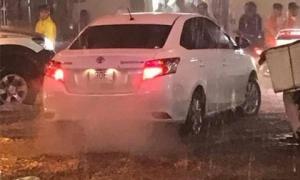 Trong mưa lụt, tài xế ô tô phóng xe vô ý thức cuốn trôi bà lão bán hàng nước khiến nhiều người bức xúc